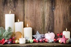 Velas del advenimiento de la Navidad con la decoración festiva Foto de archivo libre de regalías