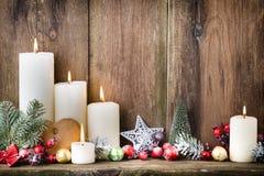 Velas del advenimiento de la Navidad con la decoración festiva Foto de archivo