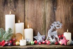 Velas del advenimiento de la Navidad con la decoración festiva Imagen de archivo libre de regalías