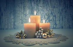 Velas del advenimiento de la Navidad con las decoraciones de oro Imágenes de archivo libres de regalías