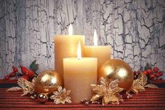 Velas del advenimiento de la Navidad con las decoraciones de oro y rojas Imagen de archivo