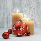 Velas del advenimiento de la Navidad con las decoraciones rojas, espacio del texto Imagen de archivo libre de regalías