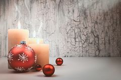 Velas del advenimiento de la Navidad con las decoraciones rojas, espacio del texto Fotografía de archivo libre de regalías