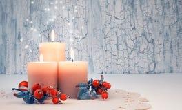 Velas del advenimiento de la Navidad con las decoraciones rojas, espacio del texto Fotos de archivo libres de regalías