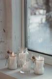 Velas del advenimiento que queman en el alféizar blanco Todavía de la Navidad vida Imagen de archivo