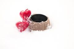 Velas del amor en la nieve imágenes de archivo libres de regalías