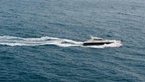 Velas del barco de motor por el mar almacen de video