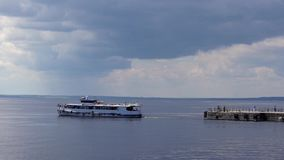 Velas del barco de placer lejos del embarcadero almacen de metraje de vídeo
