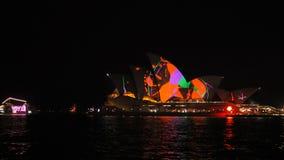 Velas del barco más allá del teatro de la ópera de Sydney durante 2015 vivo almacen de metraje de vídeo