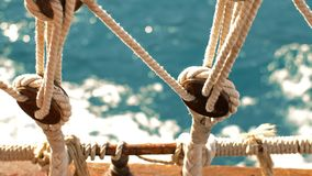 Velas del barco a través del mar metrajes
