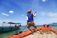 Velas del barquero lejos del embarcadero Foto de archivo libre de regalías