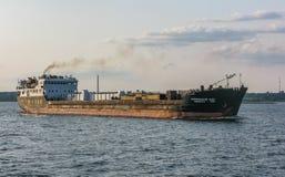 Velas del buque de carga a lo largo del río Volga cerca de Kazán, Rusia fotografía de archivo libre de regalías