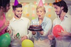 Velas del cumpleaños de la empresaria que soplan Fotografía de archivo libre de regalías