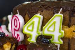 Velas del cumpleaños en la torta fotos de archivo