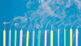 Velas del cumpleaños en una fila con humo Fotos de archivo libres de regalías
