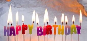 Velas del feliz cumpleaños encendidas. Imagen de archivo libre de regalías
