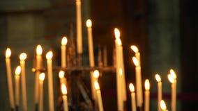 Velas del fondo que queman en la iglesia metrajes