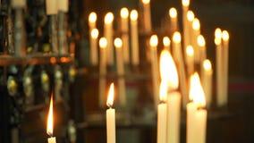 Velas del fondo que queman en la iglesia almacen de video