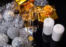 Velas del Lit con los vidrios de Champán festivo Imagenes de archivo