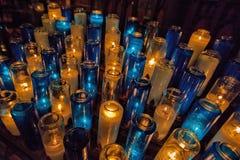 Velas del rezo en Roman Catholic Church Fotografía de archivo libre de regalías