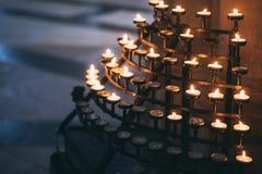 Velas del rezo en una iglesia en York Imágenes de archivo libres de regalías