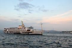 Velas del transbordador de Estambul en Bosphorus imagen de archivo