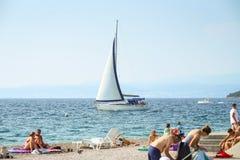 Velas del velero al lado de la playa Imágenes de archivo libres de regalías