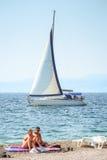Velas del velero al lado de la playa Fotos de archivo libres de regalías
