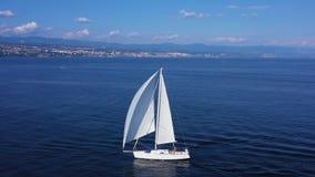 Velas del velero en el mar Mediterráneo metrajes