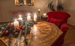 Velas do advento com a árvore de abeto decorada em uma tabela antiga Fotos de Stock Royalty Free