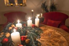 Velas do advento com a árvore de abeto decorada em uma tabela antiga Imagem de Stock