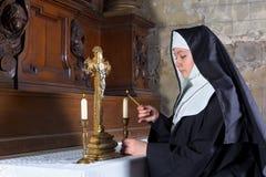 Velas do altar da iluminação da freira Fotografia de Stock Royalty Free
