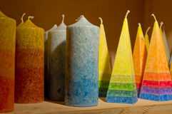 Velas do arco-íris na prateleira Fotografia de Stock