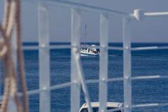Velas do barco de motor após na distância, Creta Grécia imagem de stock