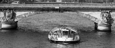 Velas do barco de prazer no rio Seine Fotos de Stock Royalty Free