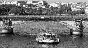 Velas do barco de prazer no rio Seine Foto de Stock Royalty Free