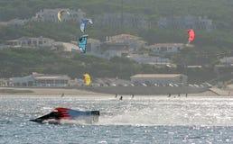 Velas do barco e do wakeboard da raça imagens de stock