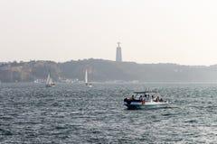 Velas do barco em Tagus River fotos de stock