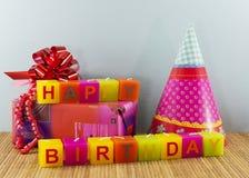 Velas do feliz aniversario com presente Imagem de Stock