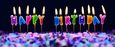 Velas do feliz aniversario e confetes do partido isolados imagens de stock