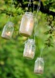 Velas do frasco de pedreiro que penduram de uma árvore Fotografia de Stock Royalty Free