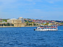 Velas do iate ao longo do palácio de Dolmabahce Imagens de Stock