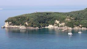 Velas do iate no mar Ionian Parga filme