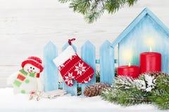 Velas do Natal, brinquedo do boneco de neve e árvore de abeto foto de stock royalty free