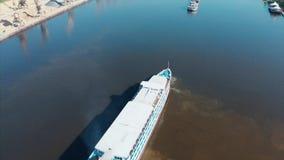 Velas do navio de cruzeiros do rio no rio dentro da cidade, contra o contexto da paisagem urbana Transporte de rio vídeos de arquivo