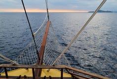 Velas do navio de navigação na tempestade Na frente das nuvens escuras fotos de stock