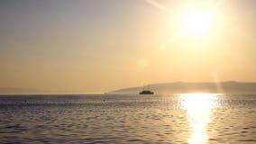 Velas do navio no mar no por do sol vídeos de arquivo