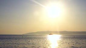 Velas do navio no mar no por do sol video estoque