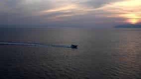 Velas do navio no mar no por do sol filme
