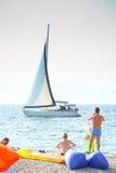 Velas do veleiro ao lado da praia Fotos de Stock Royalty Free